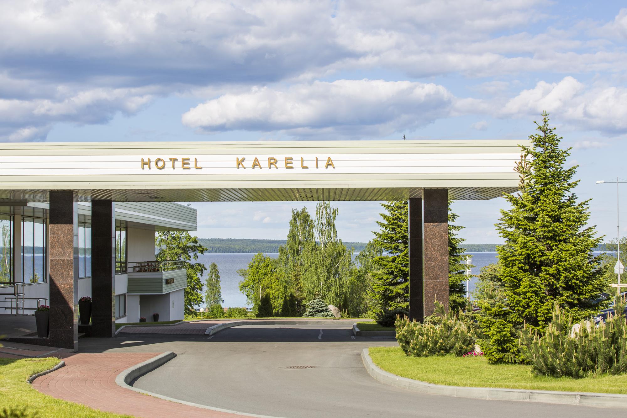 Главный вход в отель Карелия